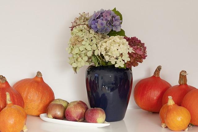 Podzimně zdobená váza s dýněmi